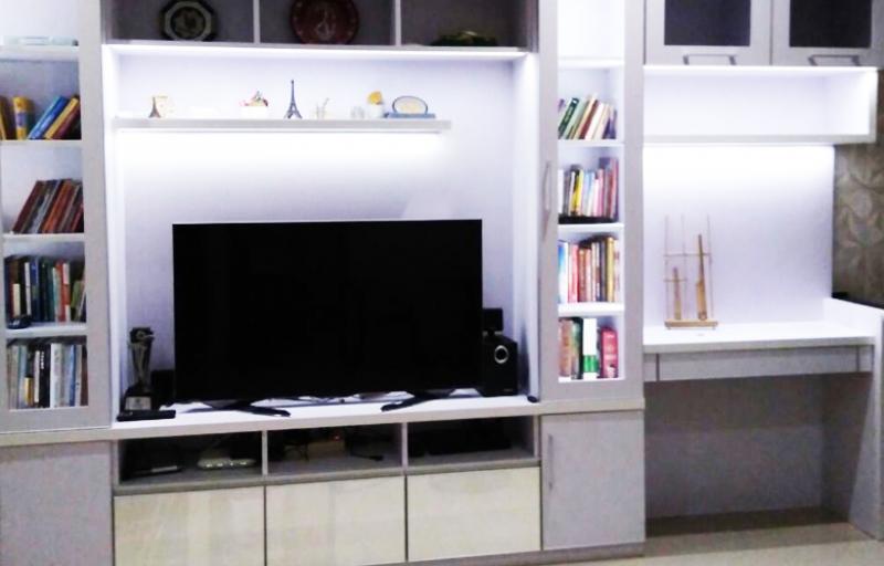 Backdrop TV, Rak Buku dan Meja Kerja